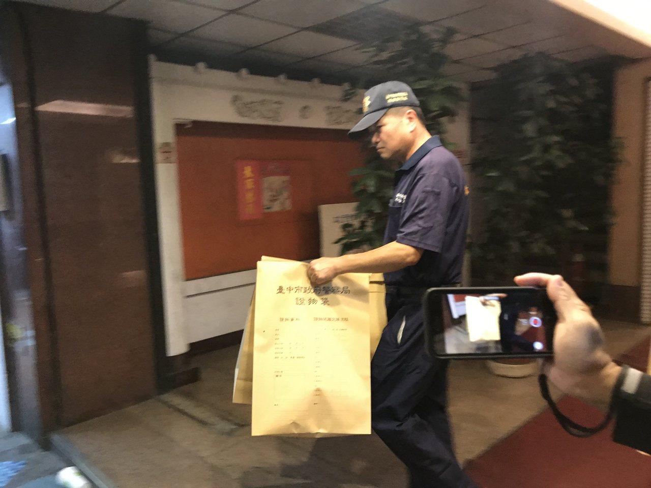 台中市中區一間住商混合大樓驚傳三屍命案,警方漏夜偵辦中,鑑識中心人員以牛皮紙袋帶...