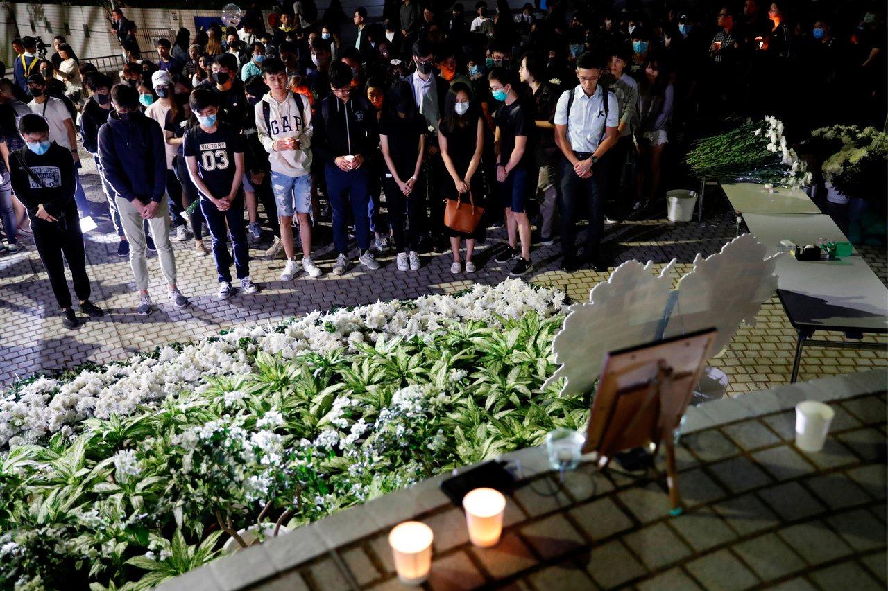 香港市民向不幸過世的香港科技大學學生周梓樂默哀悼念。 (路透)