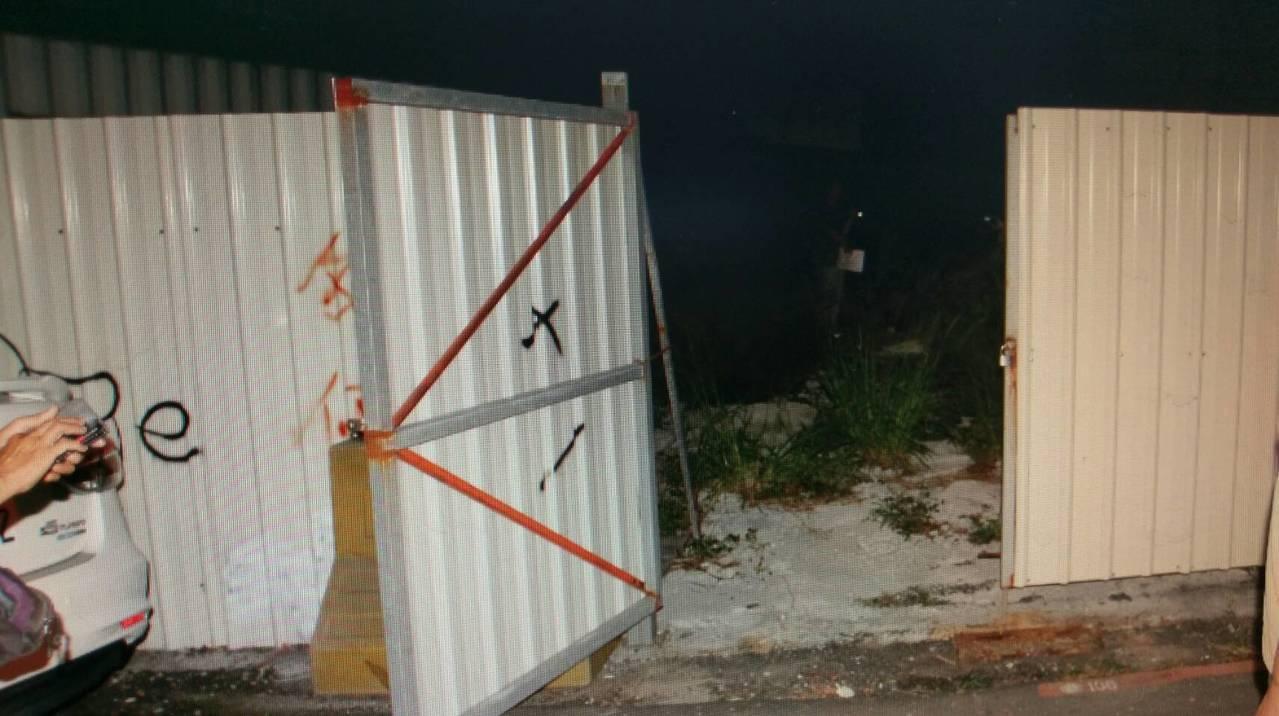 警方在高雄市小港區一處圍籬內的空地,找到疑似嬰兒碎骨。 記者林保光/翻攝