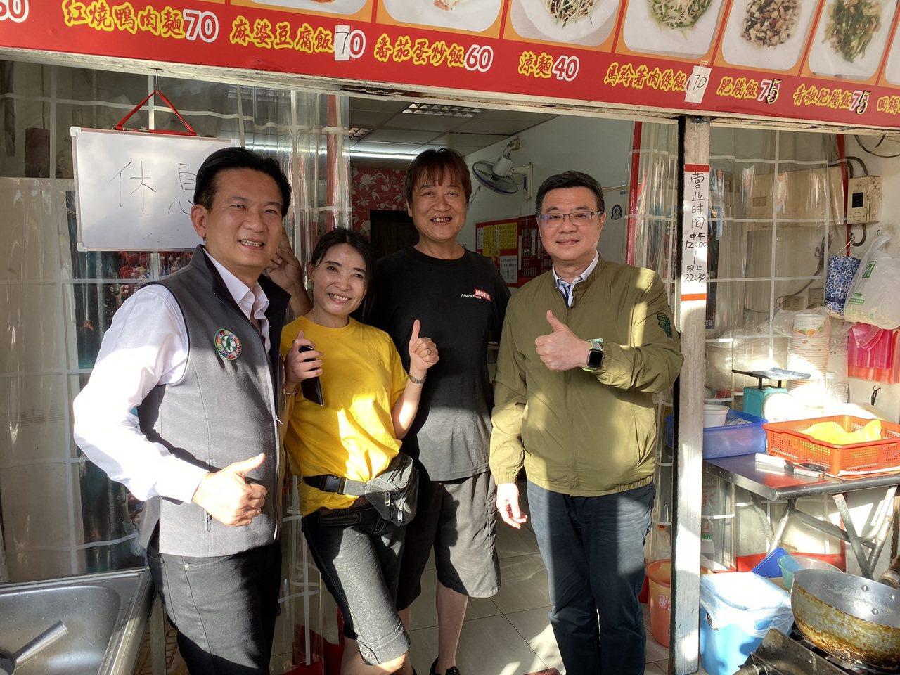 民進黨主席卓榮泰(右)昨天下午陪同立委林俊憲(左)到台南市中西區保安路掃街拜票。...
