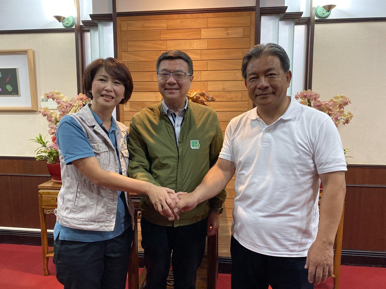 民進黨主席卓榮泰(中)昨天中午在立委陳亭妃(左)陪同下,到台南市議會拜訪議長郭信...