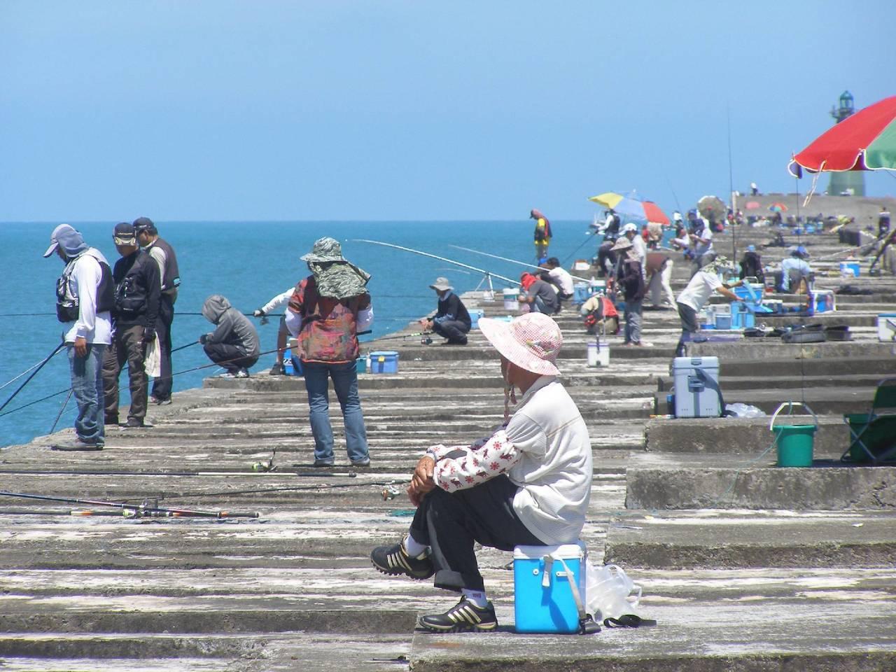 未來全台漁港及商港,將開放垂釣區。圖為台中港北防波堤。 圖/聯合報系資料照片