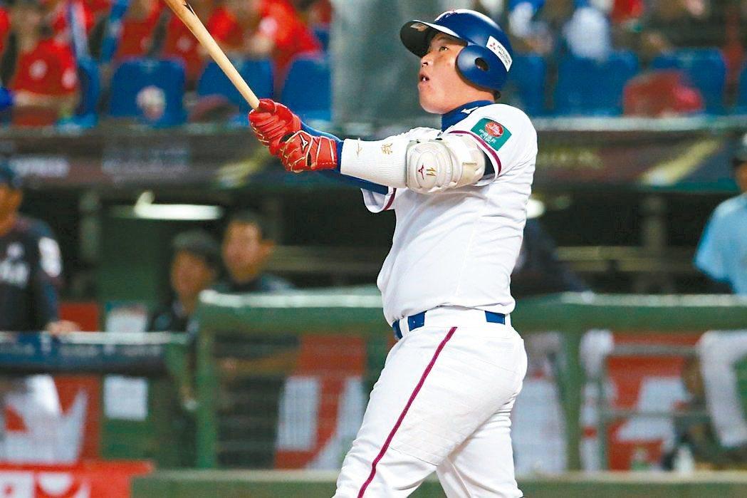 12強賽中華隊預賽對日本隊,林泓育敲出左外野深遠飛球,僅形成一壘安打。 圖/聯合...