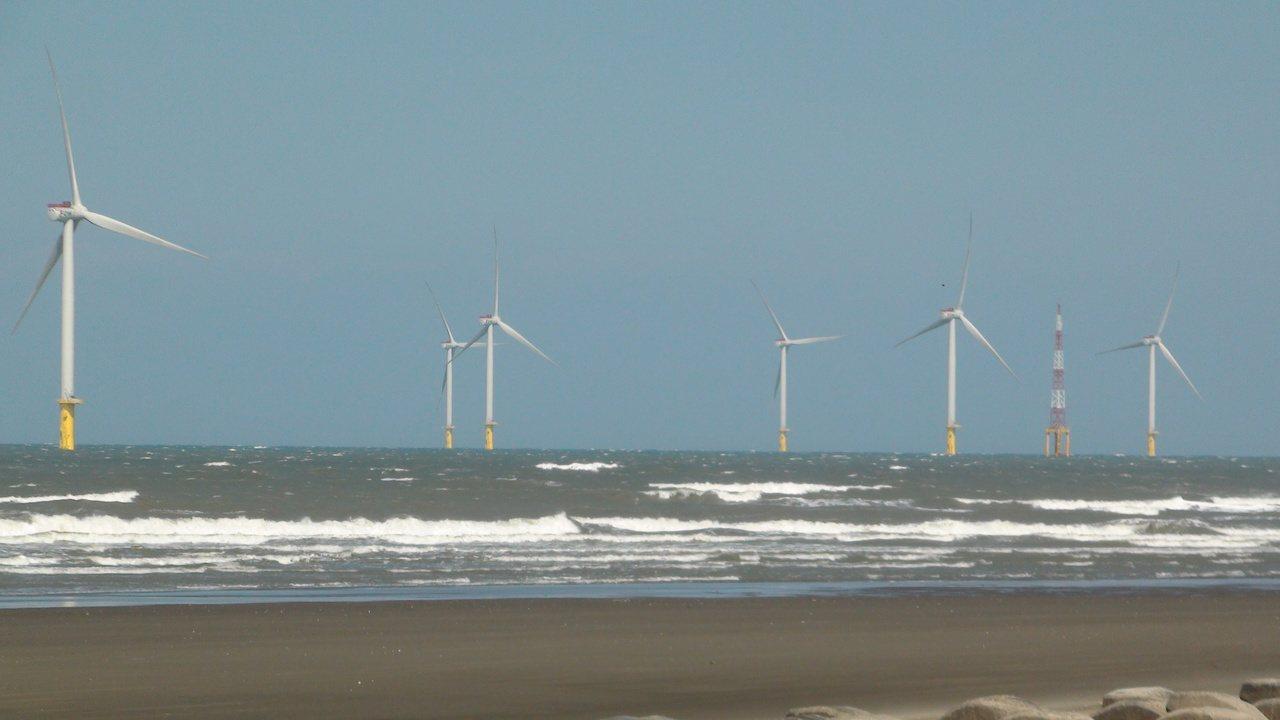 海洋風電在竹南外海已架設完成22座離岸風機,總裝置容量達128MW。 記者胡蓬生...