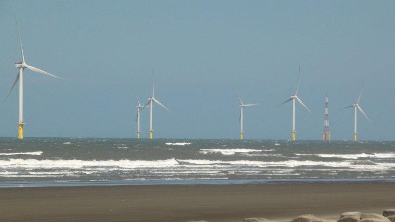 海洋風電在竹南外海已架設完成22座離岸風機,總裝置容量達128MW。 記者胡蓬生/攝影