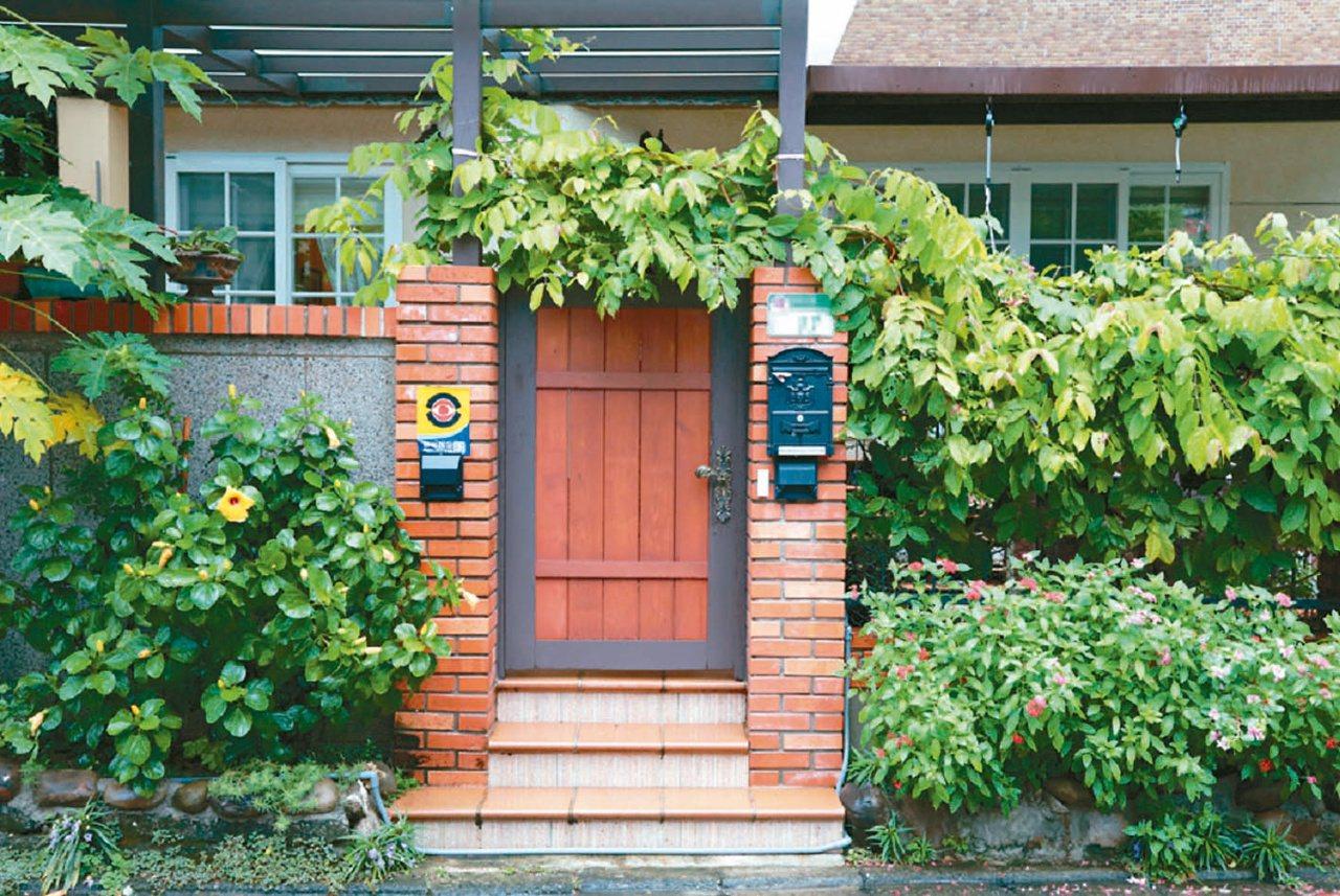 宋大哥改造後的公寓,每一季都有不同的花卉綻開。圖/原點出版社提供