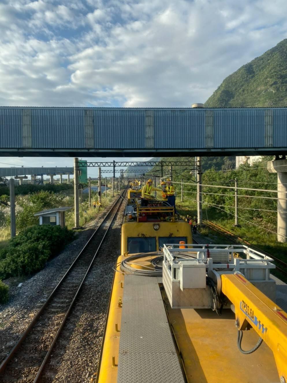 昨天深夜23時51分台鐵太魯閣自強號通過和平站時,集電弓斷落纏繞電車線,導致電車...