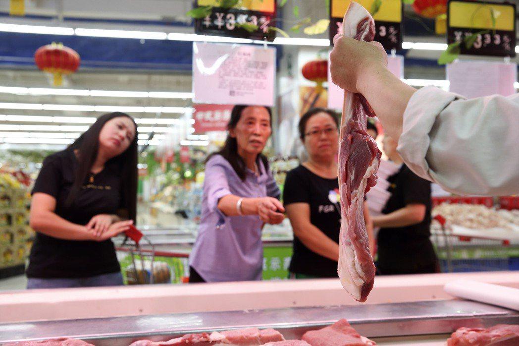 大陸豬肉愈漲愈凶,快成為一般民眾的奢侈品。圖為民眾在山西太原一超市選購豬肉。 (...
