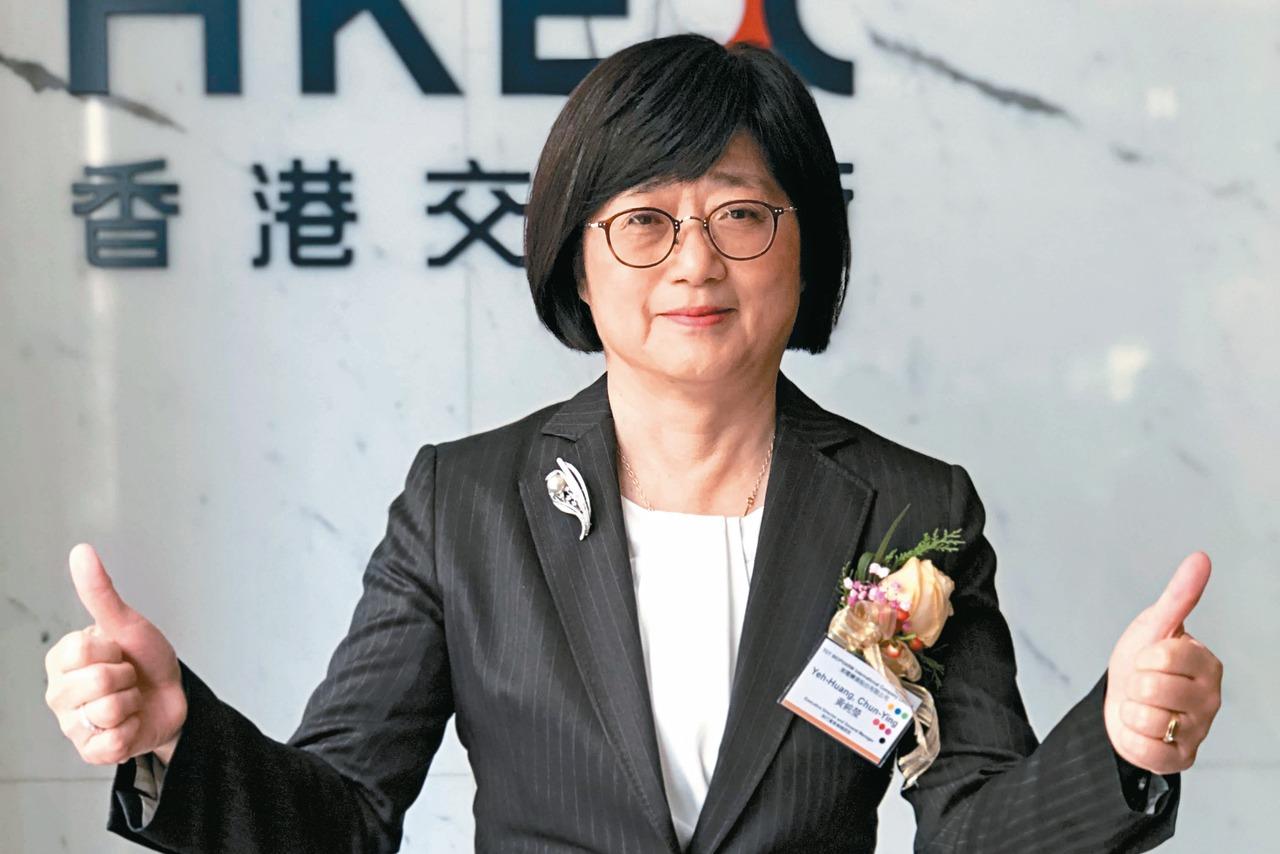 東曜藥業總經理黃純瑩昨天代表公司在港交所,為公司掛牌敲鑼開市。 記者黃文奇/攝影