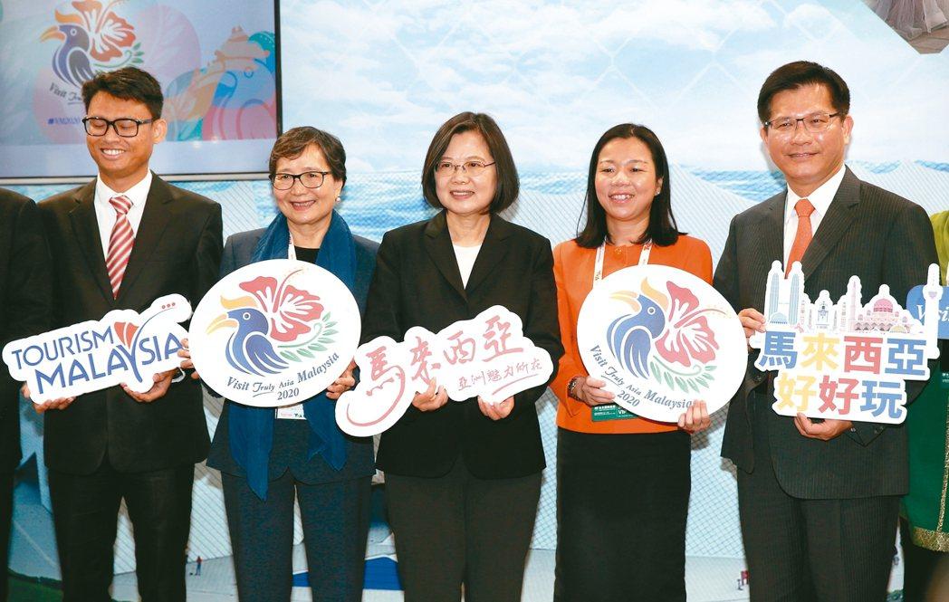 蔡英文總統(中)、交通部長林佳龍(右)與台灣觀光協會會長葉菊蘭(左二)昨天出席台...