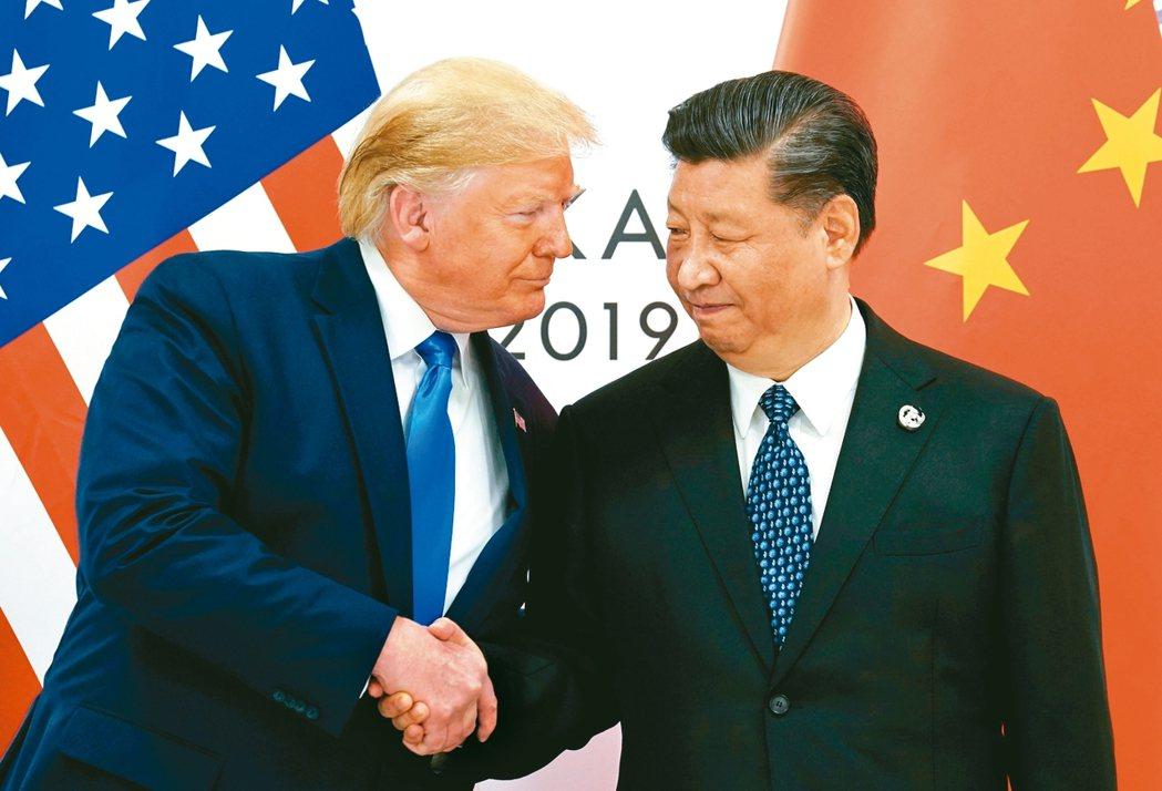美國總統川普(左)表示,美國還沒同意取消對中國加徵的關稅。圖為他與中國大陸國家主...