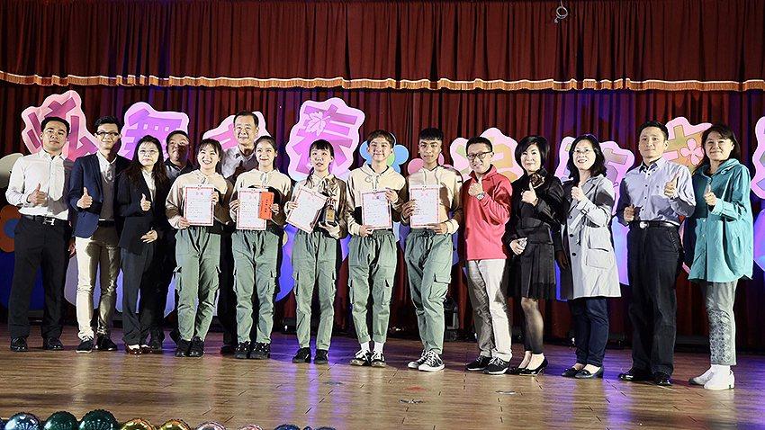 「舞林大會」高中組特優上台領獎。 林口教育基金會/提供