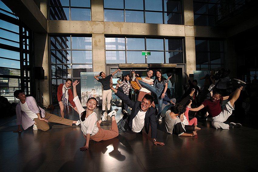 2019國泰藝術節與雲門共舞,鶯歌陶瓷博物館開心起舞。 陶博館/提供