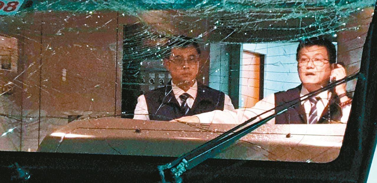 新北市議員楊春妹搭乘出事的太魯閣列車,她左後方的玻璃也碎裂,火車頭玻璃有嚴重撞擊...