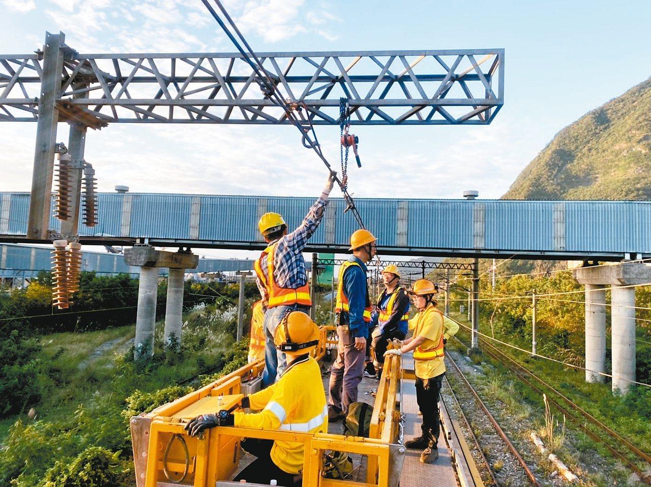 台鐵人員緊急搶修,預估晚上9時恢復雙線正常通車。 圖/台鐵提供