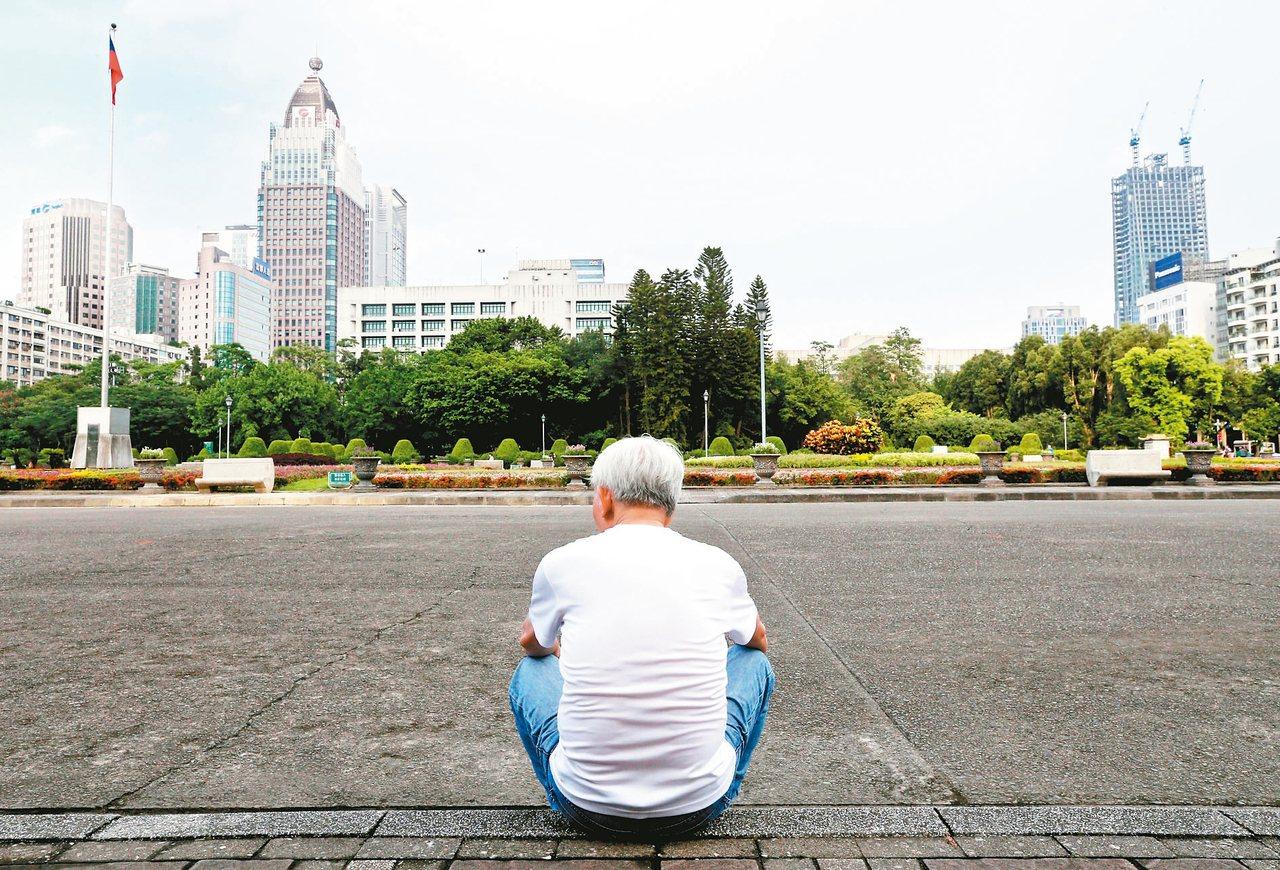 台灣人口紅利已失,加上少子化及老化加速影響,今年極可能出生人數首次低於死亡人數,...