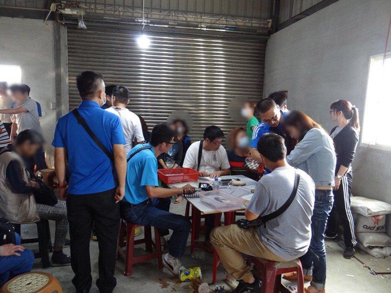 台南市政府警察局麻豆分局在麻豆區文旦園破獲職業賭場,共逮捕38人,查扣無線電、賭資、撲克牌、骰子及帳冊等物。中央社