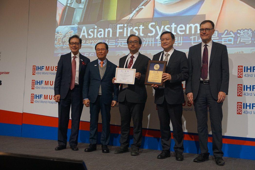 國際醫院聯盟獎項委員會Lawrence Lai主席(左起)、國際醫院聯盟獎項創辦...