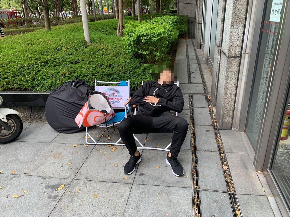 這名鞋迷仰天沉睡,苦等6小時搶購鞋款,卻排在銀行門口。圖翻攝自爆廢公社