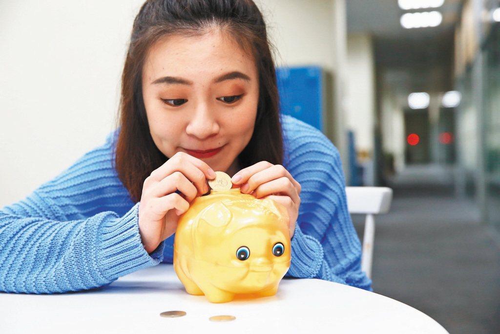 不少人會透過投保儲蓄險強迫自己存錢,但有網友分享自己5個月前買的儲蓄險,納悶這樣...