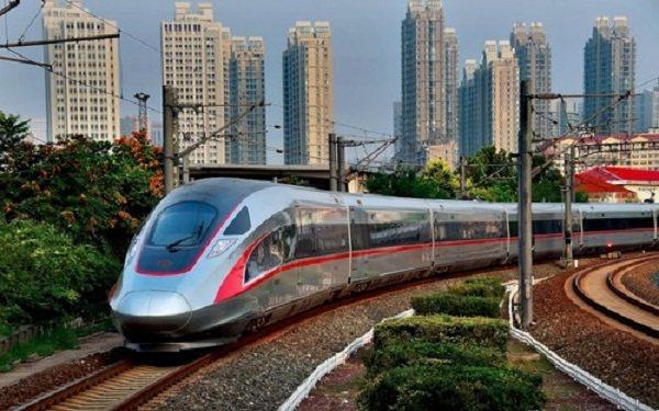 CR400AF型復興號動車組奔馳在京滬高鐵上。圖/人民日報海外網