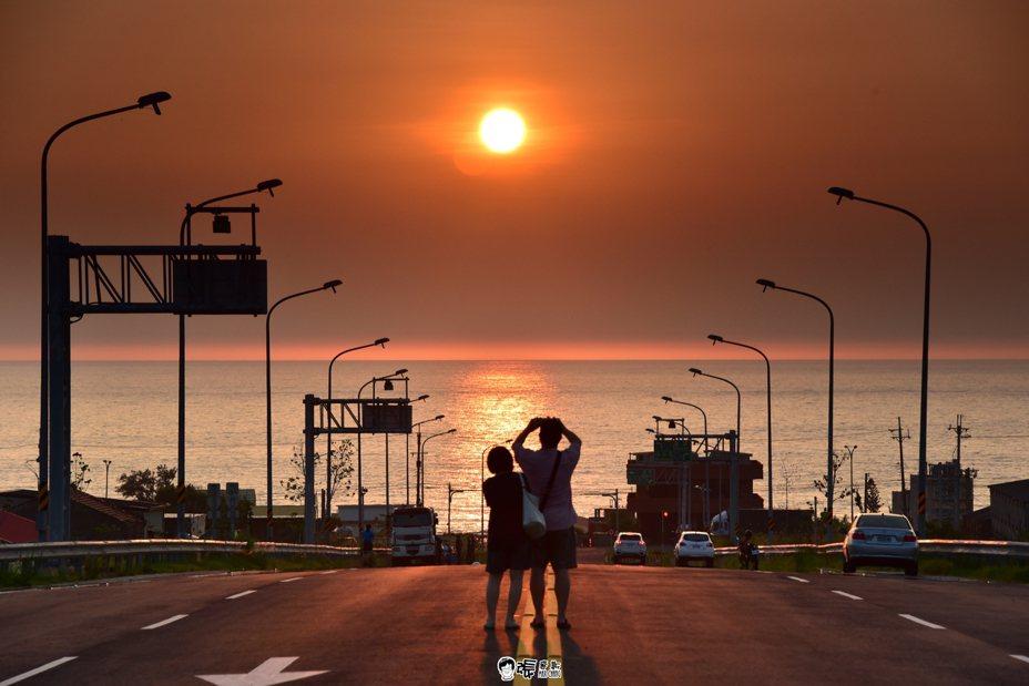 公路總局台灣10大景觀公路票選,攝影工作者張文煥提供西濱新埔交流道路段多幀照片,票選活動開跑後,票數一路領先,這張有行人站立中線的畫面雖美,但可能因「違規」情況未獲選用。圖/張文煥提供