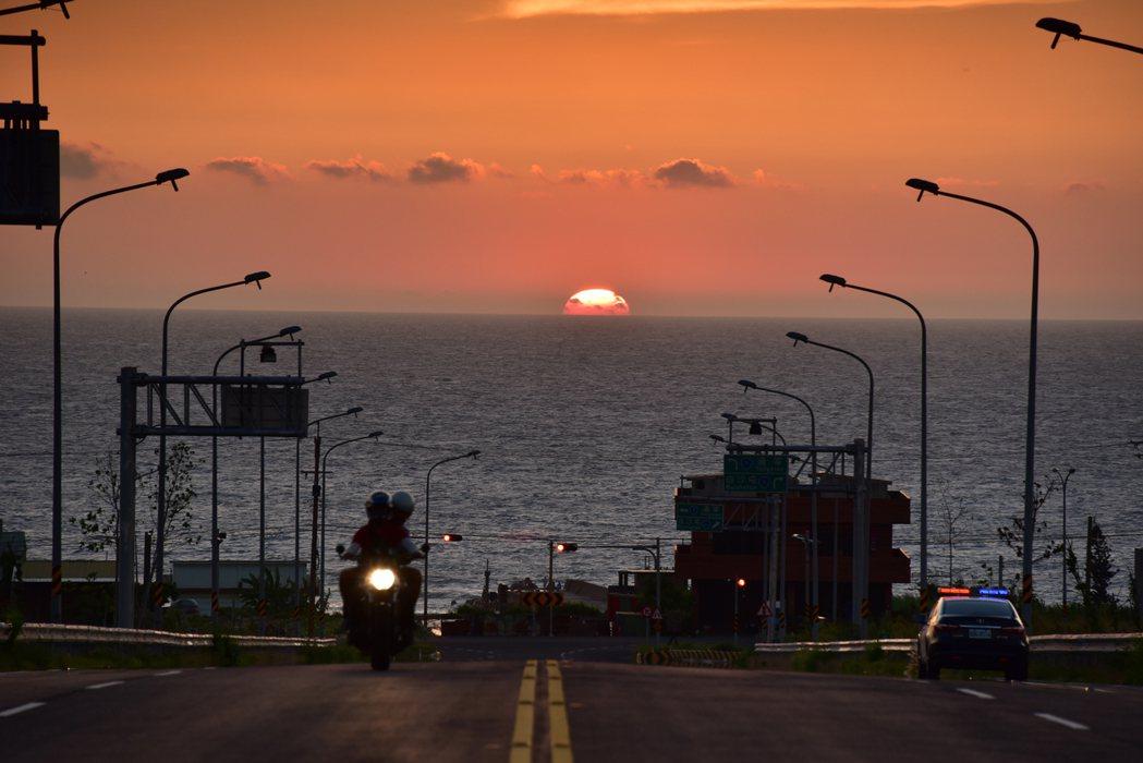 公路總局辦理的台灣10大景觀公路票選,攝影工作者張文煥提供西濱新埔交流道路段多幀...