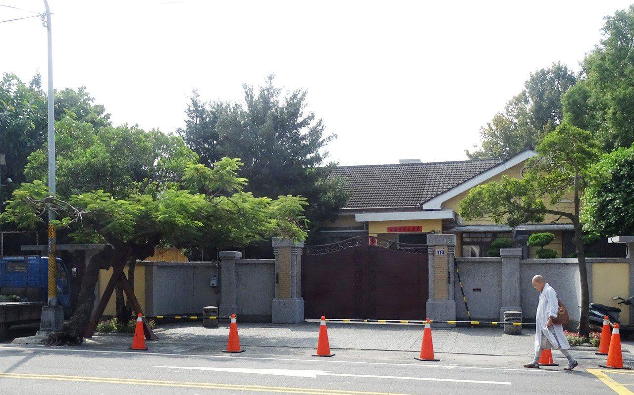 彰化縣長官邸門口左側有1棵迎客凰凰木。記者何烱榮/攝影