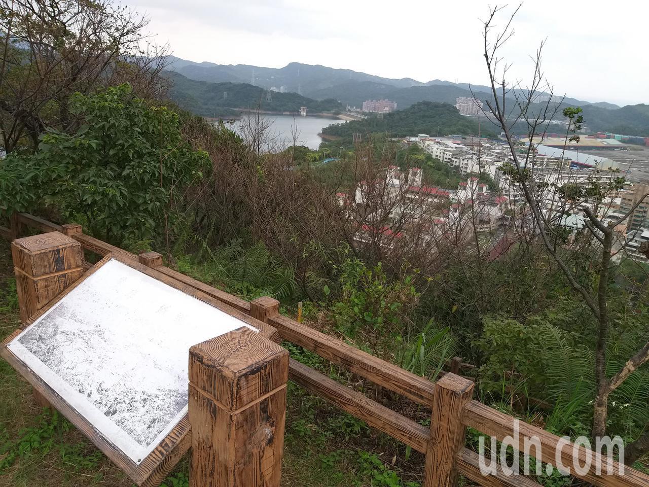 在第一觀景台可俯望新山水庫、國家新城社區和金龍湖,遠眺協合發電廠3根大煙囱和基隆...
