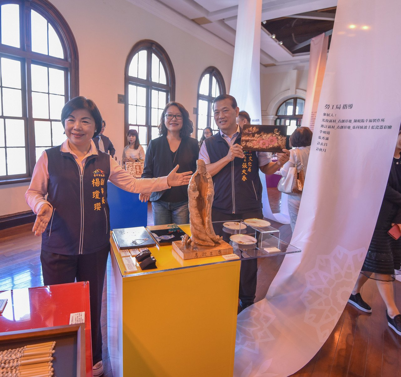 台中市副市長楊瓊瓔(左)、文化局長張大春(右)與策展人蕭明瑜老師(中)展場巡禮。...