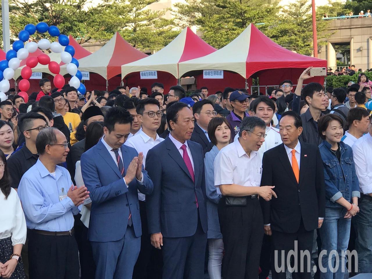 鴻海創辦人郭台銘、台北市長柯文哲和親民黨宋楚瑜今年參加國慶升旗。記者楊正海/攝影