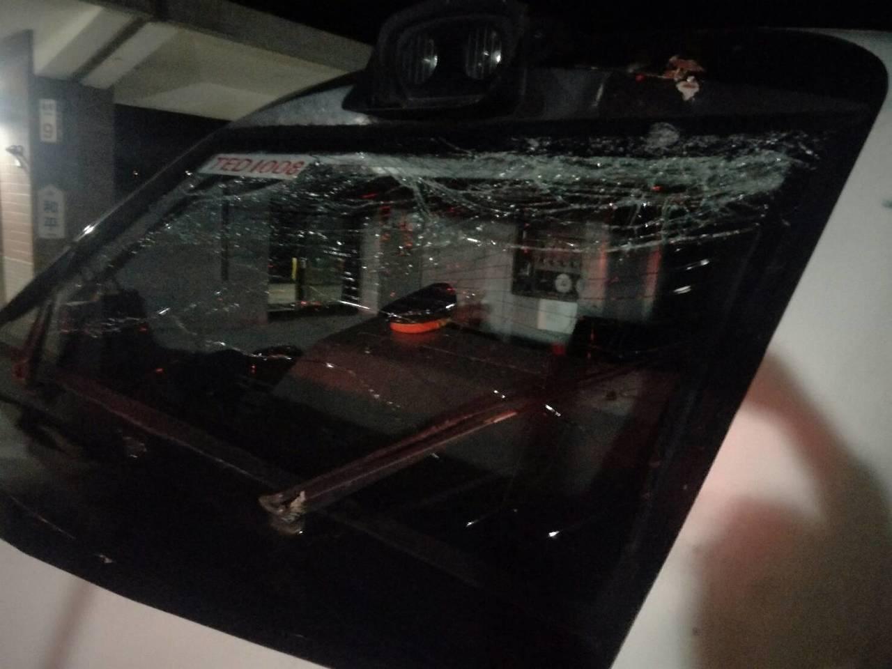 台鐵256次太魯閣號列車,昨天深夜南下行經花蓮和平站時,突被斷落的電車線砸中車頭...