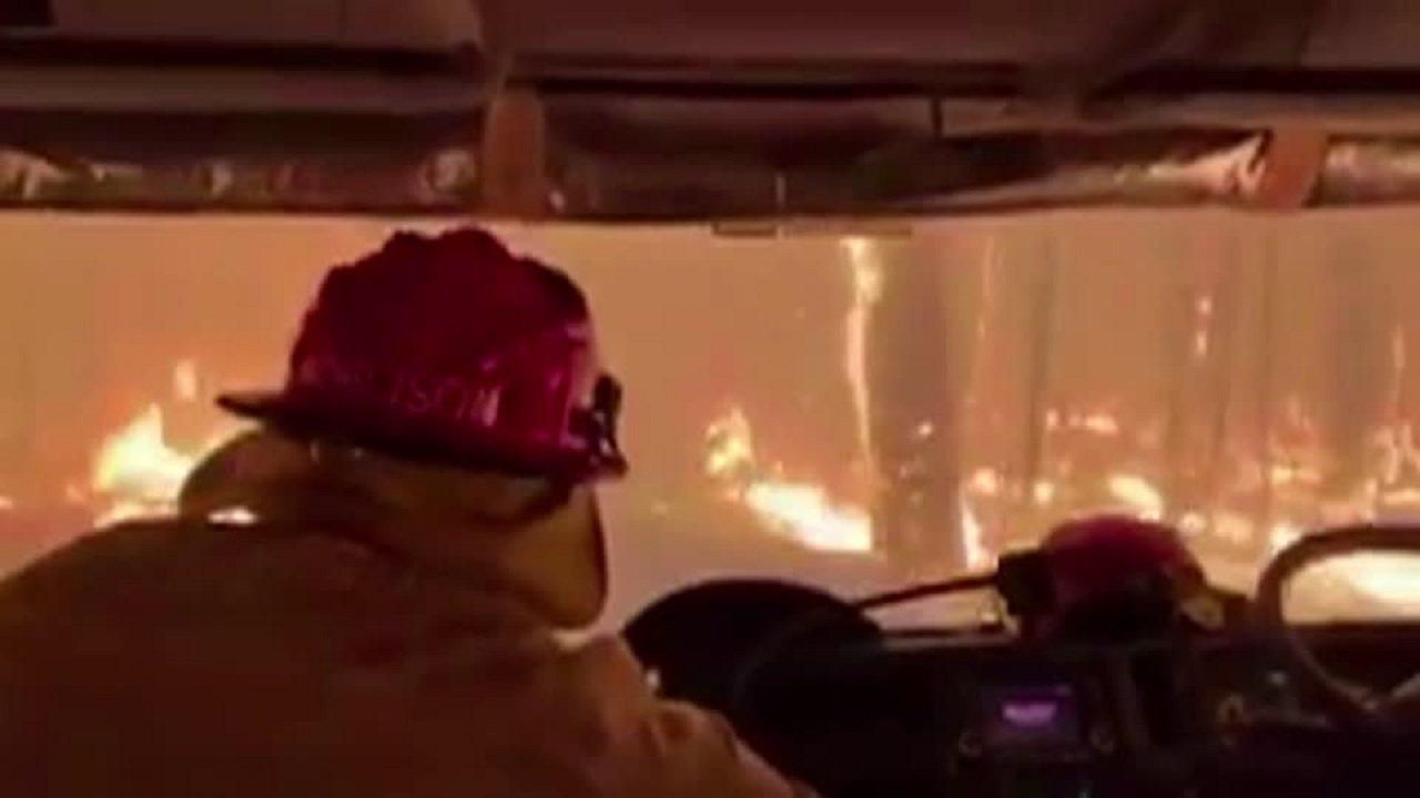 澳洲新南爾威斯省8日出現超過80起山林大火,17處上升到緊急等級,當局已經投入1...