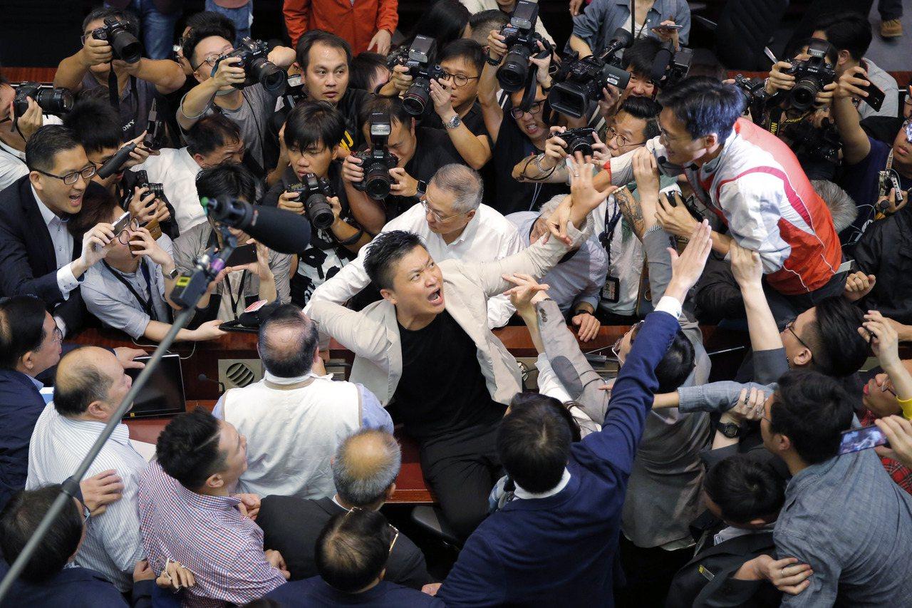 香港親北京建制派議員與泛民主派議員5月11日因「逃犯條例」修訂引爆嚴重衝突。(美...
