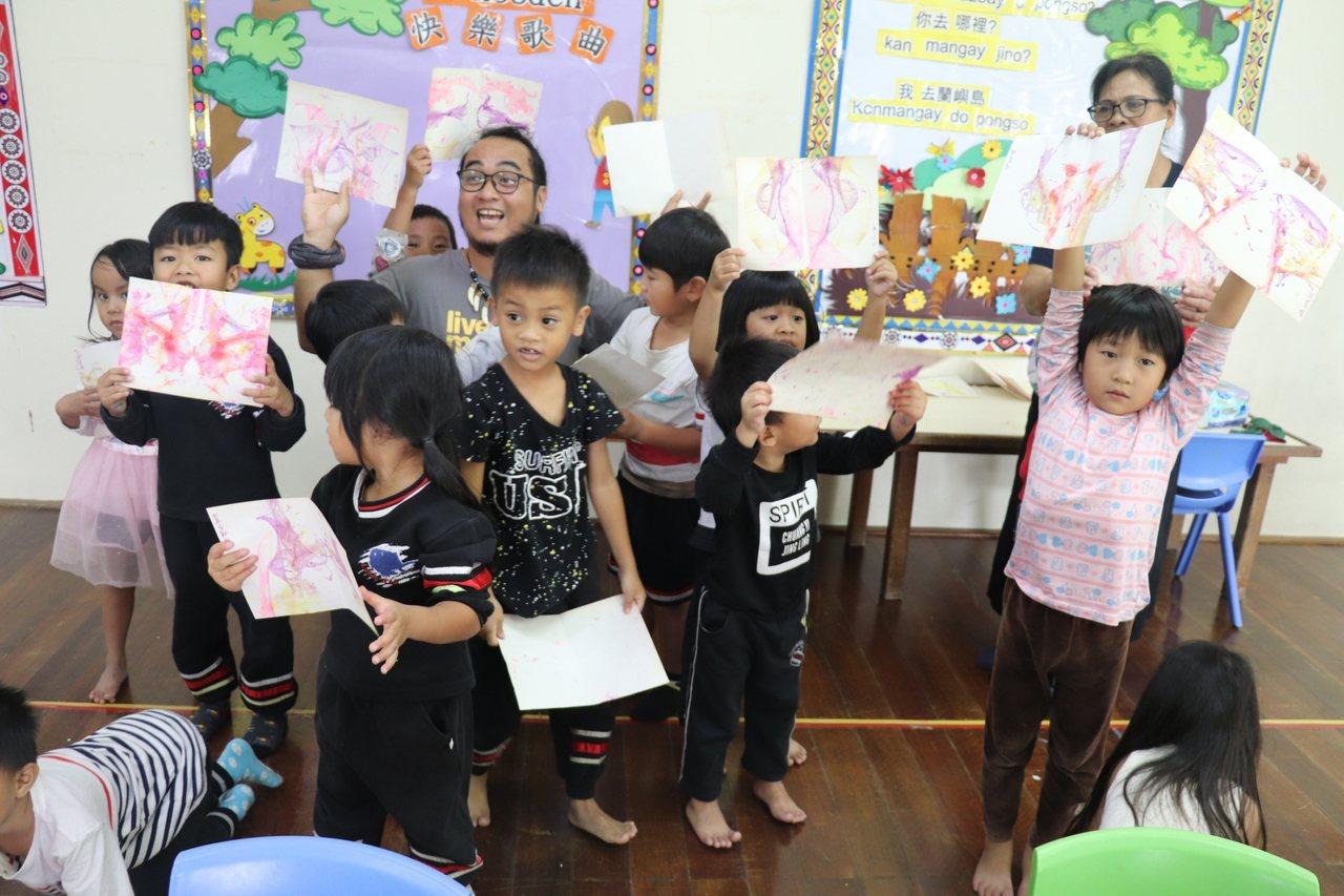 藝術家們來到蘭恩幼兒園,請孩子們畫下最喜歡的蘭嶼元素,有人畫了飛魚、有人畫了拼板...