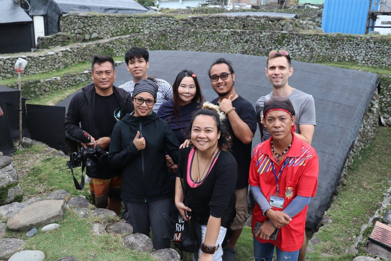 3位來自菲律賓巴丹島年輕藝術家等一行人到台東蘭嶼進行藝術交流,前往野銀部落尋訪傳...