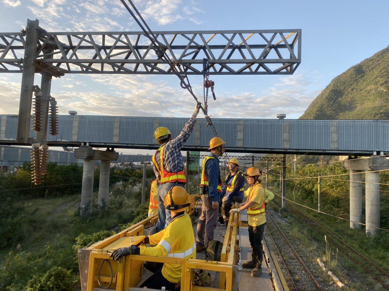 台電台鐵256次太魯閣號列車,昨天深夜南下行經花蓮和平站時,因集電弓斷落纏繞電車...