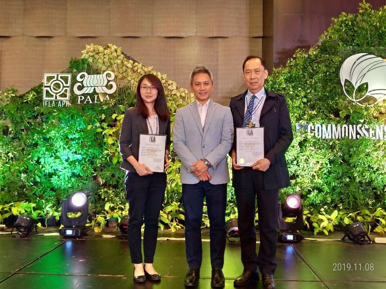 前往領獎的公路總局總工程司鄧文廣(右1)、景觀科吳雅如科長(左1)與頒獎人IFL...