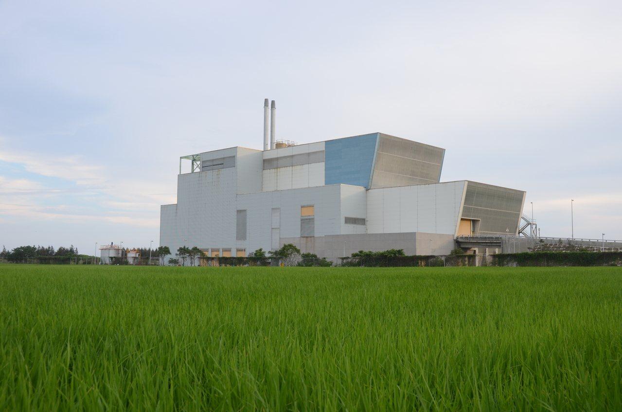 台東縣焚化廠2根煙囪,有議員建議外觀包裝成打卡景點。本報資料照片