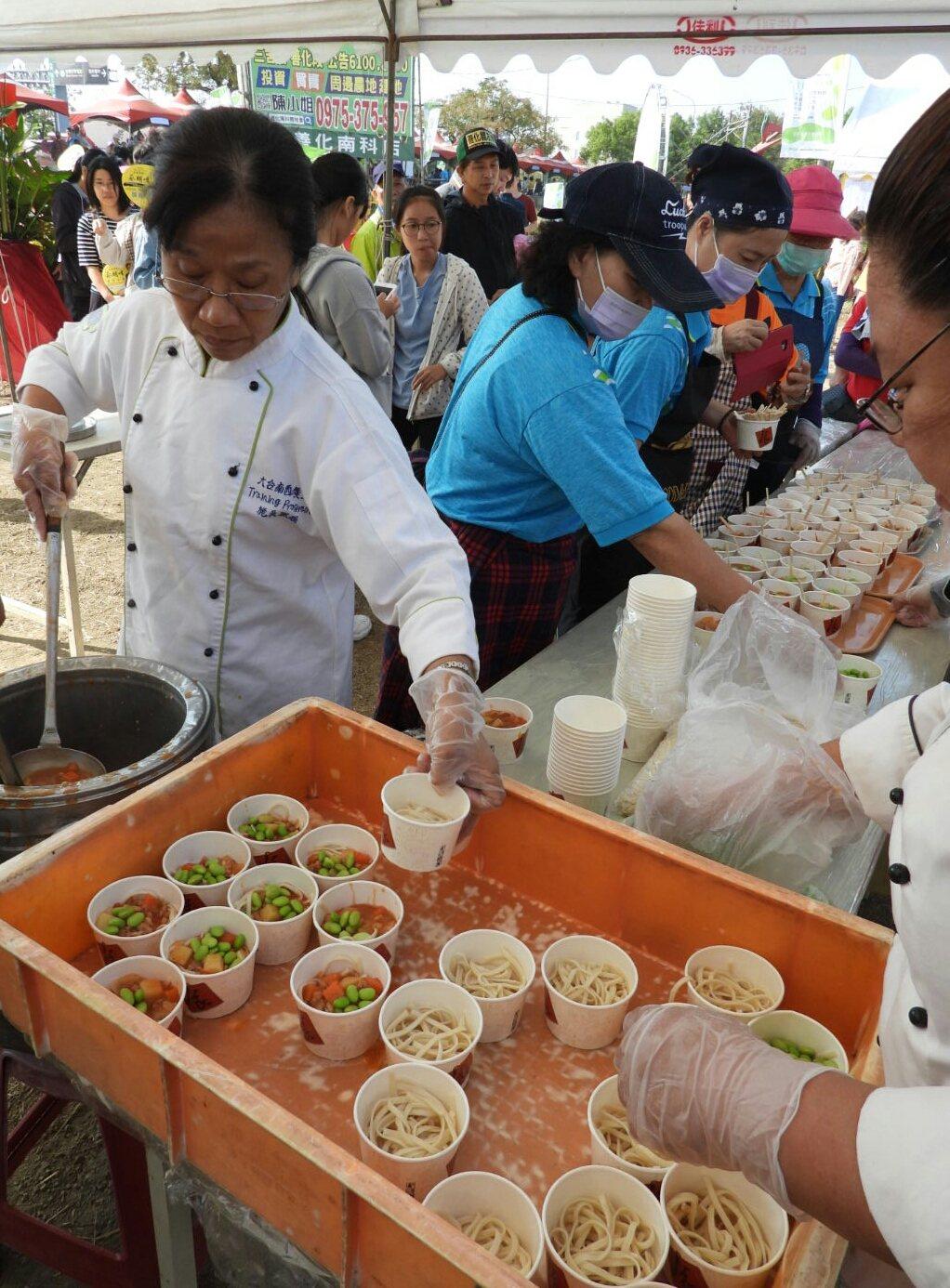 台南新市毛豆節嘉年華登場,品嚐活動吸引大批民眾參加。記者周宗禎/攝影
