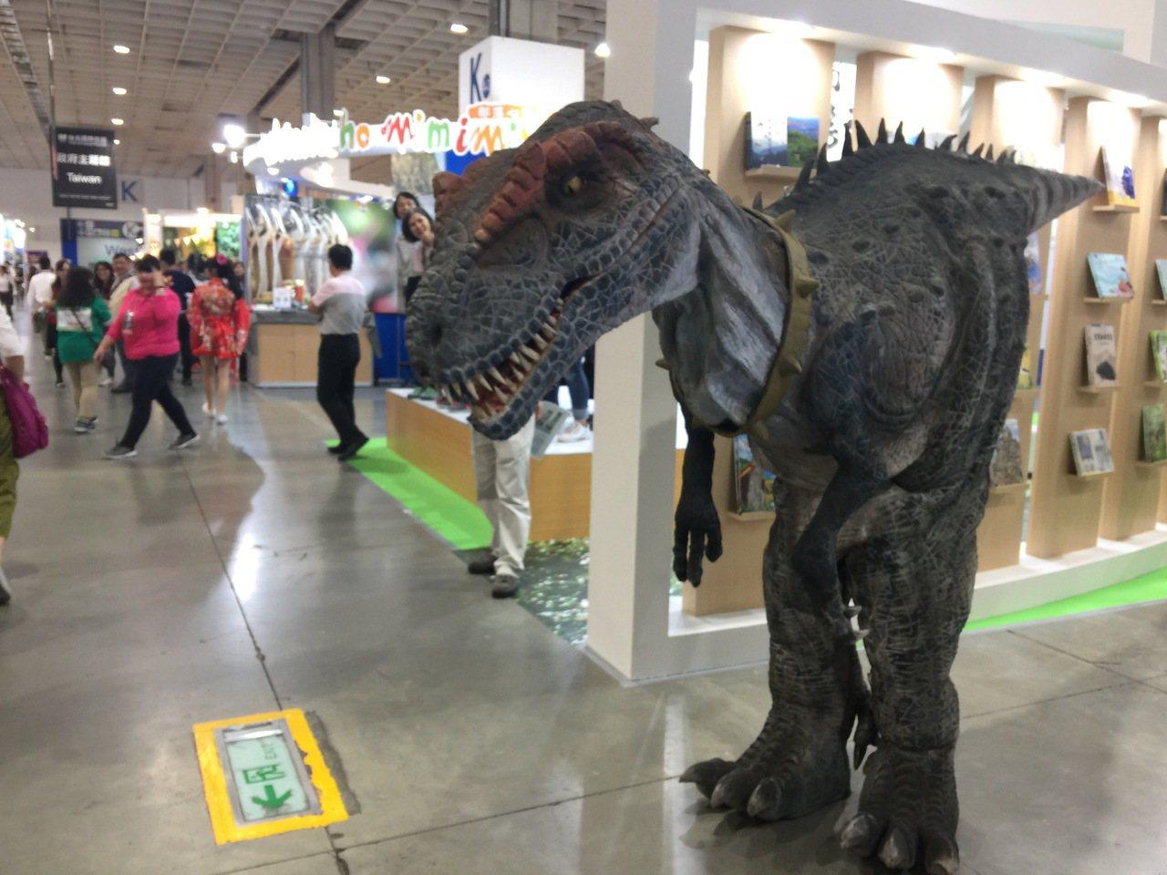 比人高的恐龍也來了。記者羅建怡/攝影