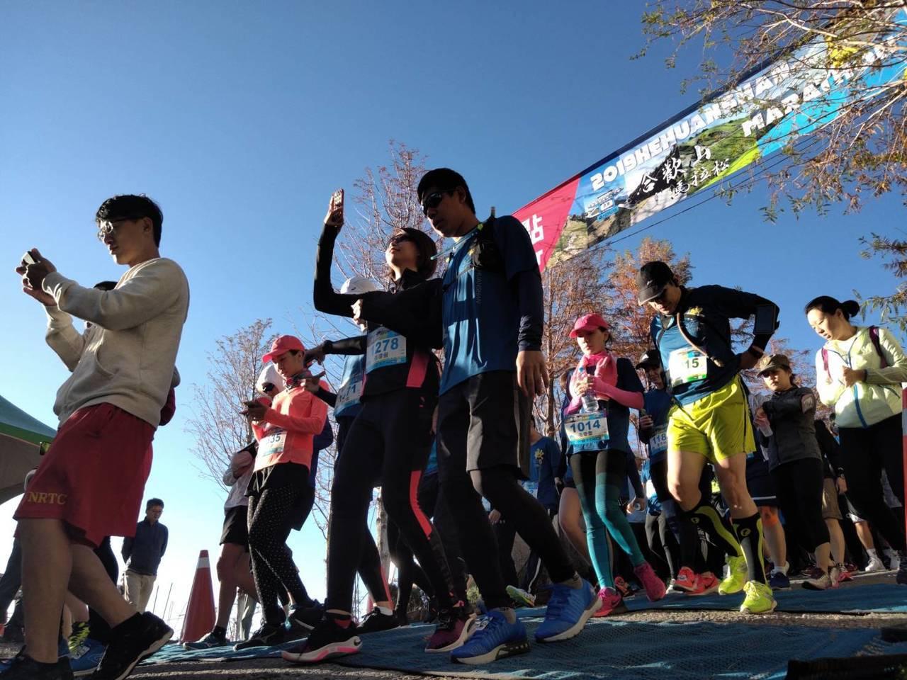 合歡山馬拉松今天清晨起跑,選手需挑戰海拔3275公尺的武嶺。圖/南投縣政府提供