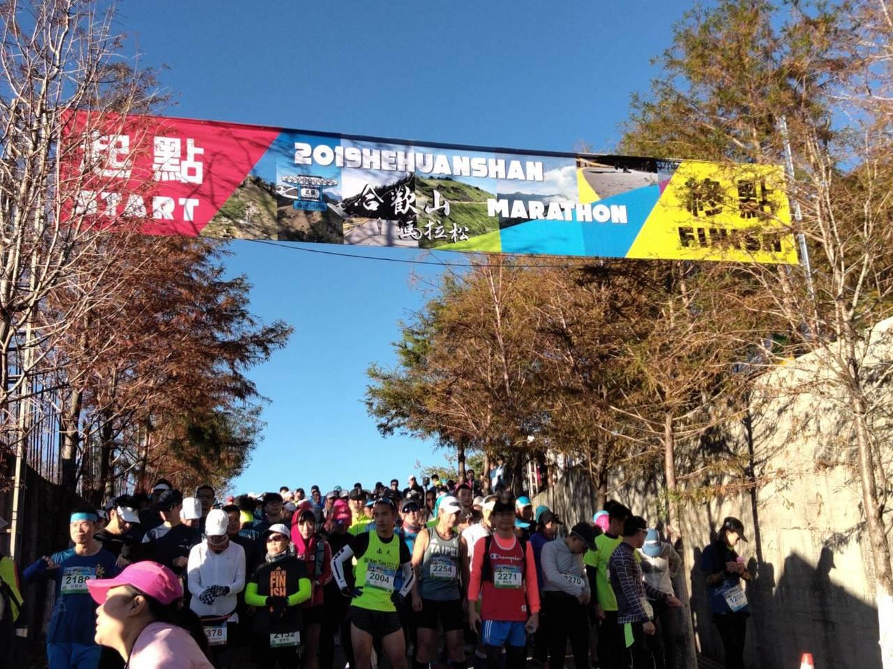 合歡山馬拉松今天清晨起跑,藍天、白雲好空氣,讓選手欣賞高山美景。圖/南投縣政府提...