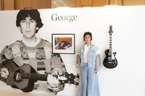 「披頭四」喬治哈里森與「吉他之神」艾瑞克克萊普頓的攝影師前妻貝蒂伯伊德,近日因港星何超儀受邀下,在香港舉辦攝影展「George,Eric&Me」,她把過去與前夫們所拍攝的私密照片公開展出。貝蒂8日受...
