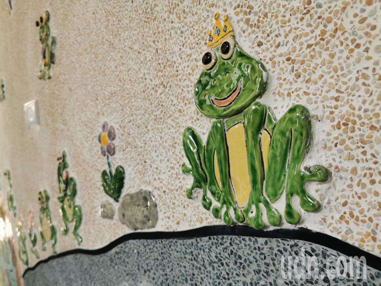 小朋友捏陶土、製作各種形式樹蛙,經過整形、陰乾、上色、燒製成交趾陶後再鑲黏在廁所...