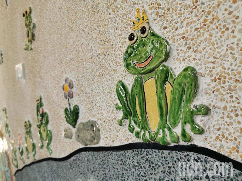 小朋友捏陶土、製作各種形式樹蛙,經過整形、陰乾、上色、燒製成交趾陶後再鑲黏在廁所外牆,作品充滿童趣。記者卜敏正/攝影