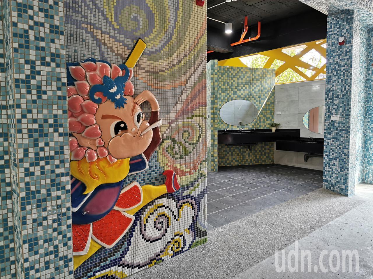 嘉義市崇文國小將老舊廁所整修,以交趾陶美化外牆。記者卜敏正/攝影