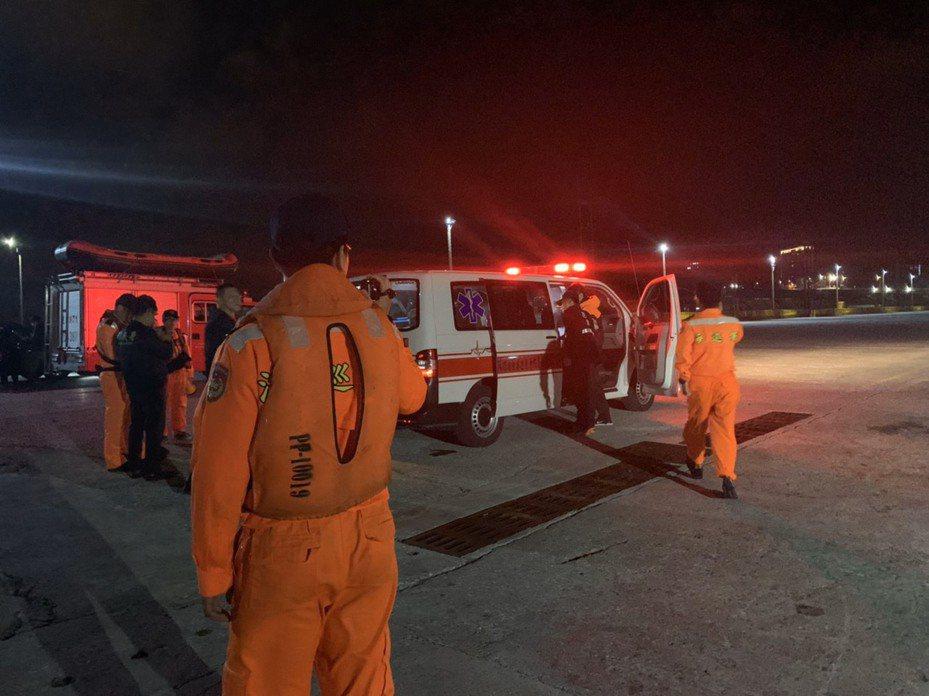 花蓮海巡隊昨晚頂著強風大浪,將受傷的菲律賓籍貨輪船員送回花蓮港,由港消送醫。圖/花蓮海巡隊提供