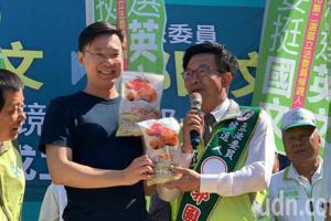 林飛帆台南玉井輔選 獲贈「芒果乾」 火力全開批對手