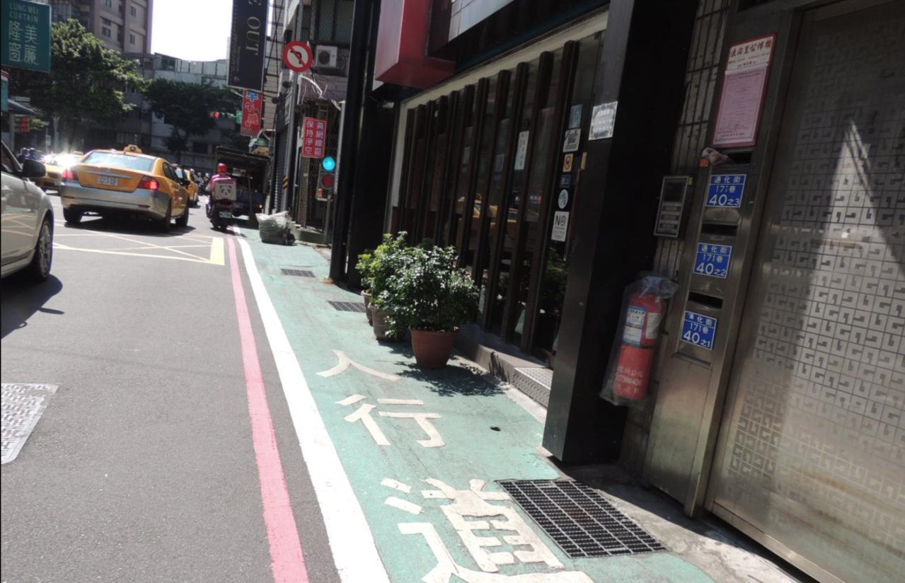 台北市警局下周一(11月11日)起,將針對私有物占用標線型人行道加強執法,並會同...